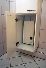Elegant Versteckt: Der Durchlauferhitzer Fand Seinen Neuen Platz In Einem  Badezimmerschrank.